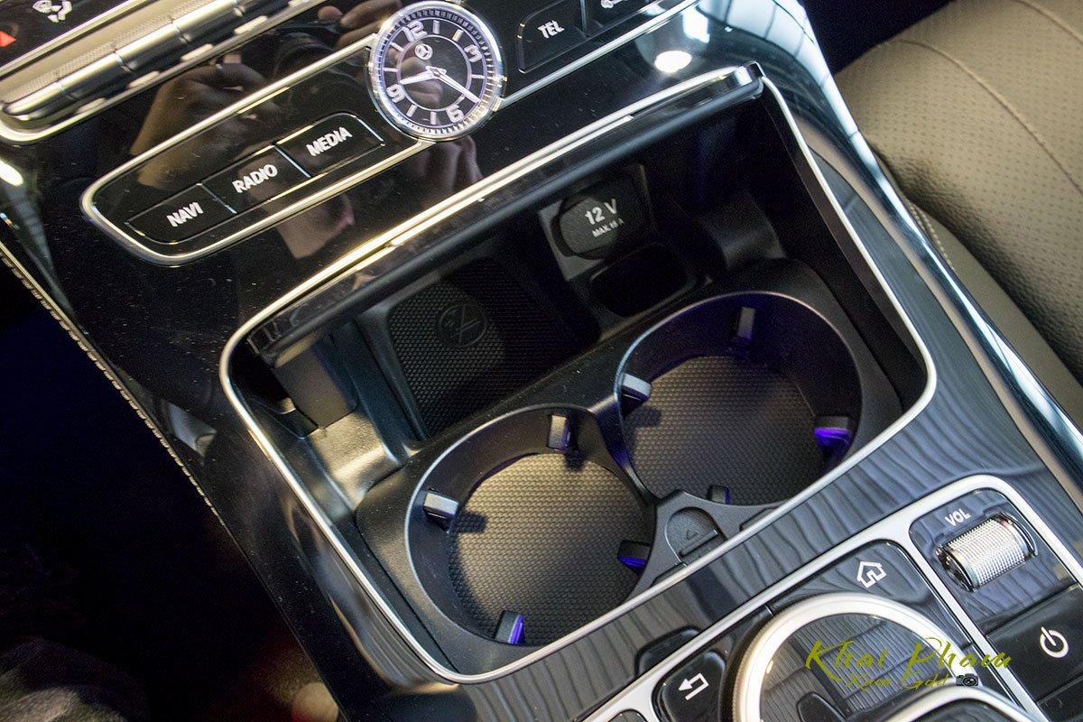 Ảnh chụp hốc đựng cốc xe Mercedes-Benz E 180 2020