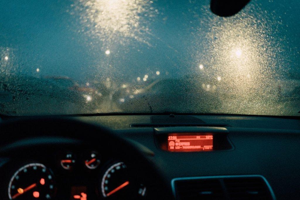 Di chuyển chậm khi đi trong điều kiện thời tiết xấu.