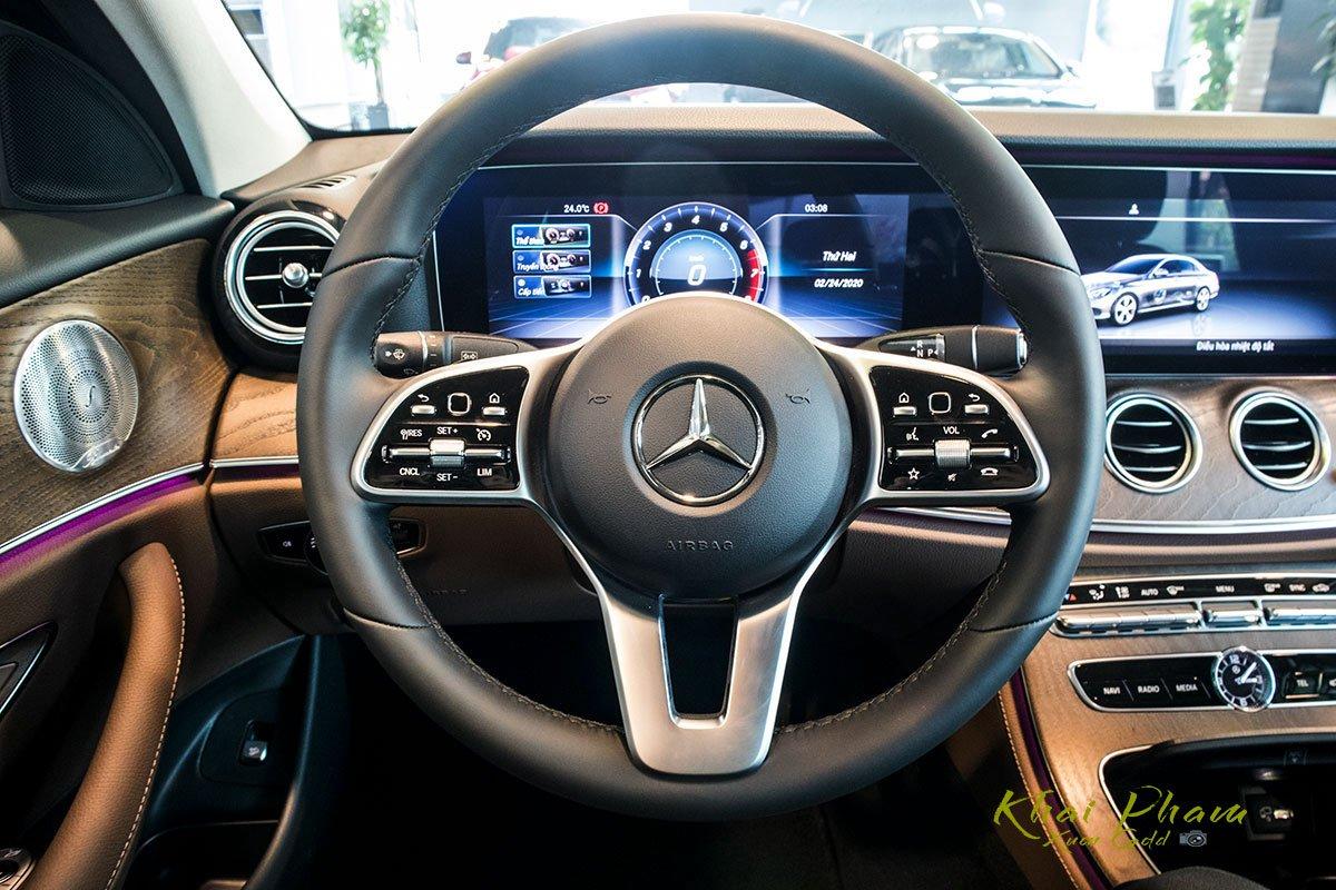 Ảnh chụp chính diện vô-lăng xe Mercedes-Benz E 200 Exclusive 2020