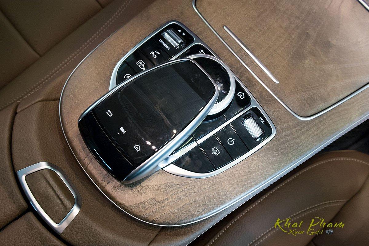Ảnh chụp cụm điều khiển xe Mercedes-Benz E 200 Exclusive 2020