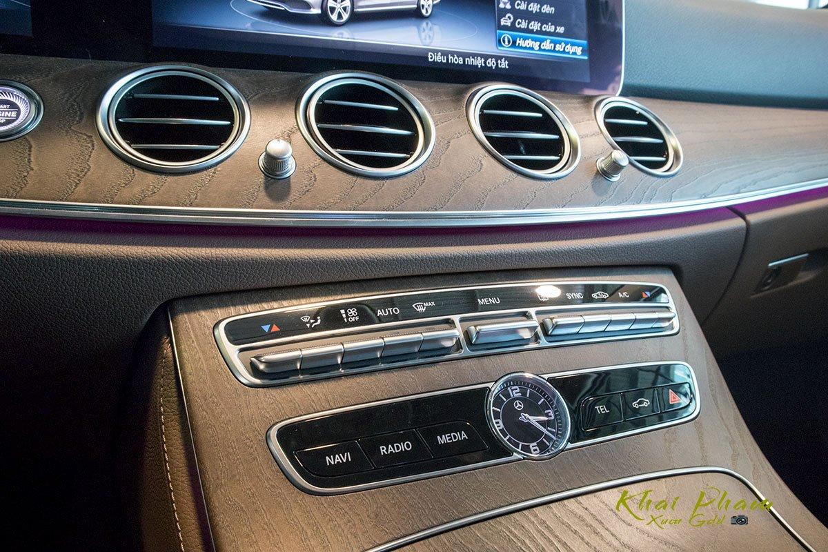 Ảnh chụp cụm điều hoà xe Mercedes-Benz E 200 Exclusive 2020