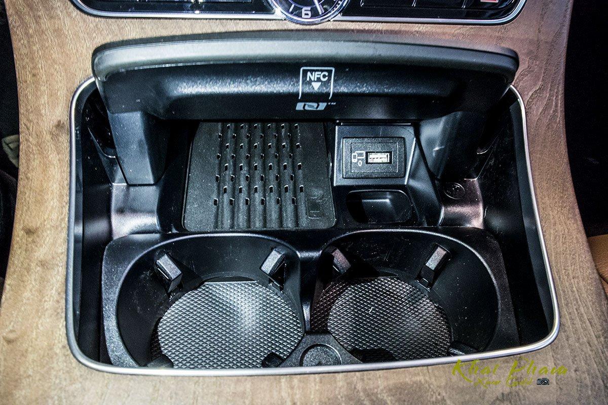 Ảnh chụp hốc đựng cốc xe Mercedes-Benz E 200 Exclusive 2020