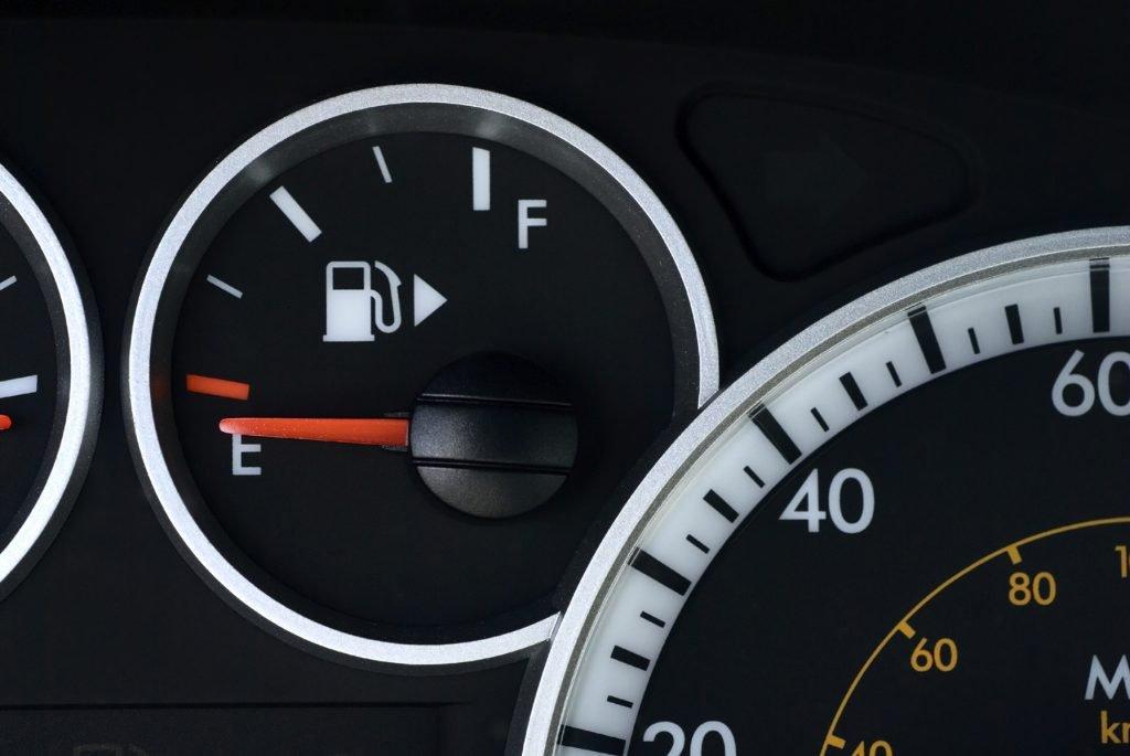 Nhìn mũi tên của bình nhiên liệu để dễ dàng xác định vị trí của bình xăng.