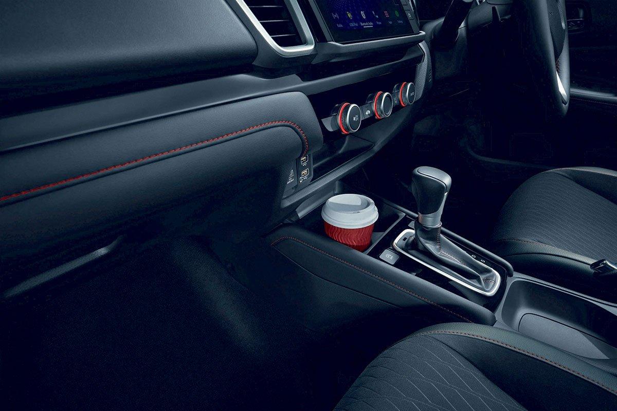 Đánh giá xe Honda City 2020 phiên bản RS: Chỗ để cốc.