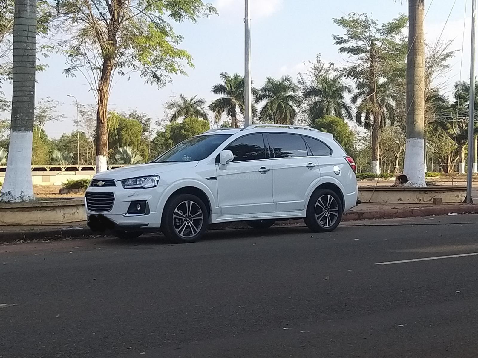 Xe 7 chỗ hiệu Captiva 2.4 sx 2018, màu trắng (1)
