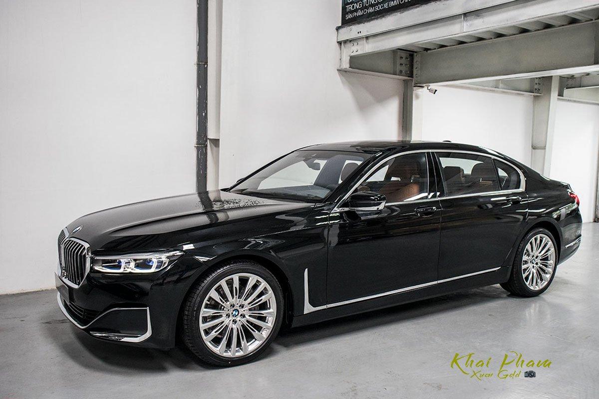 Ảnh trước ngang phải xe BMW 740Li Pure Excellence 2020