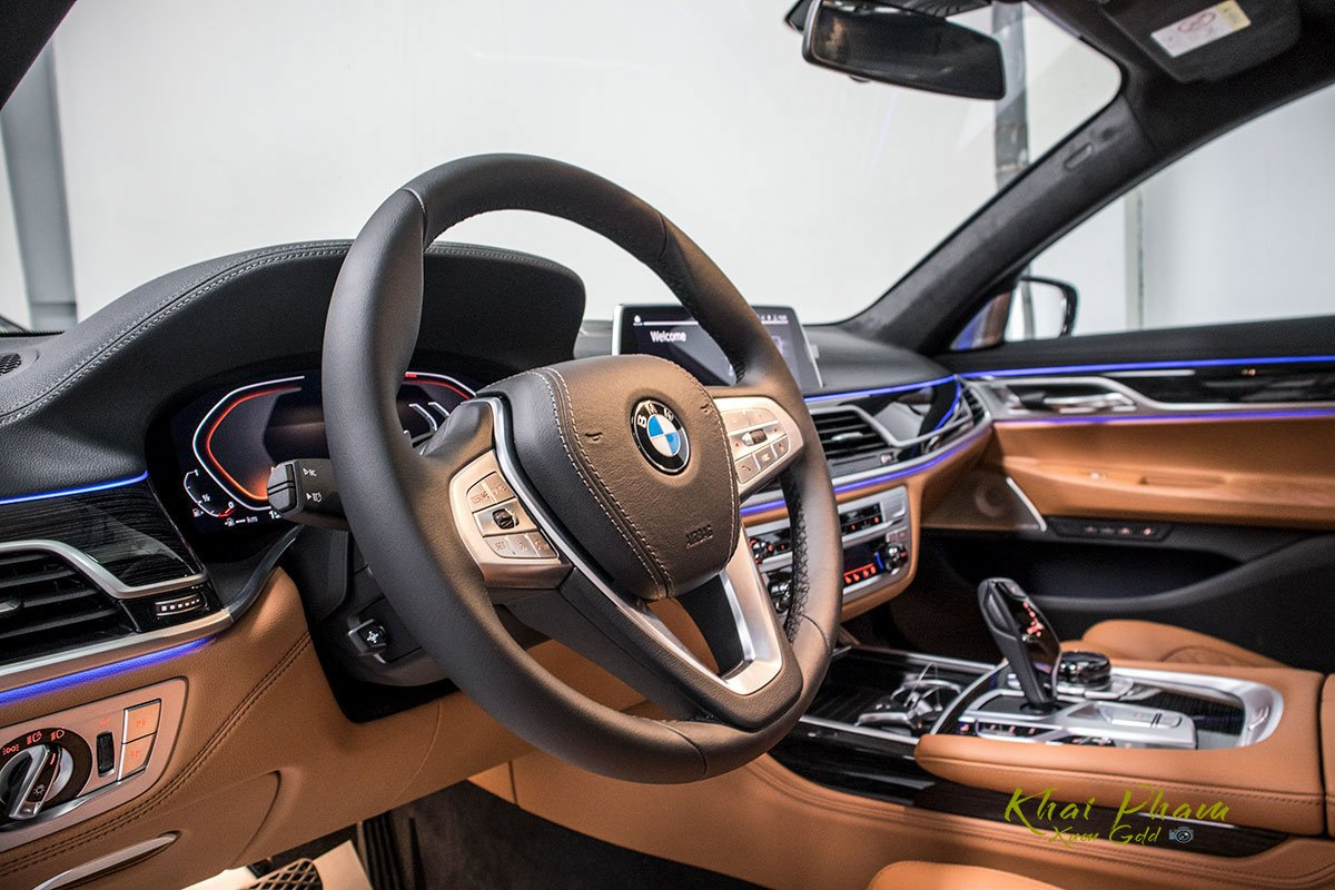 Ảnh tay lái xe BMW 740Li Pure Excellence 2020