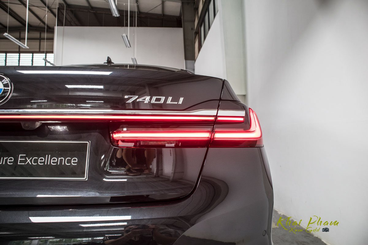 Ảnh đèn hậu phải xe BMW 740Li Pure Excellence 2020