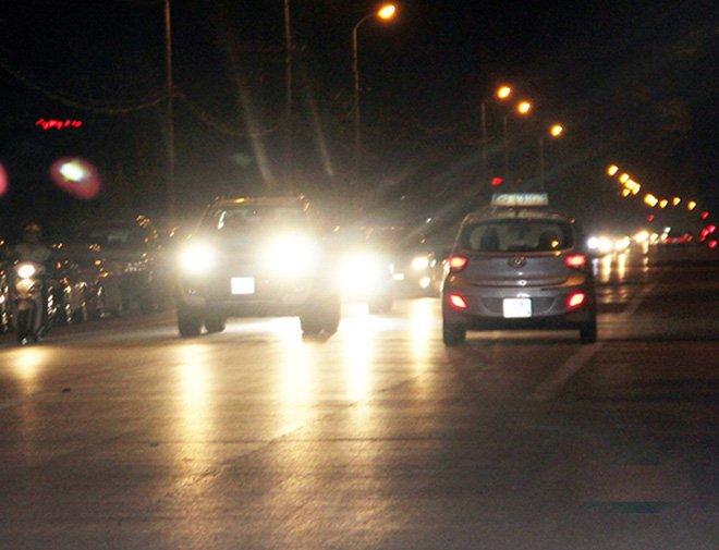 Sử dụng đèn chiếu sáng không đúng cách tiềm ẩn nguy cơ gây tai nạn giao thông.