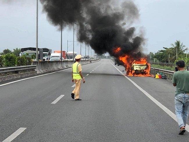 Xe lạ cháy trên quốc lộ.