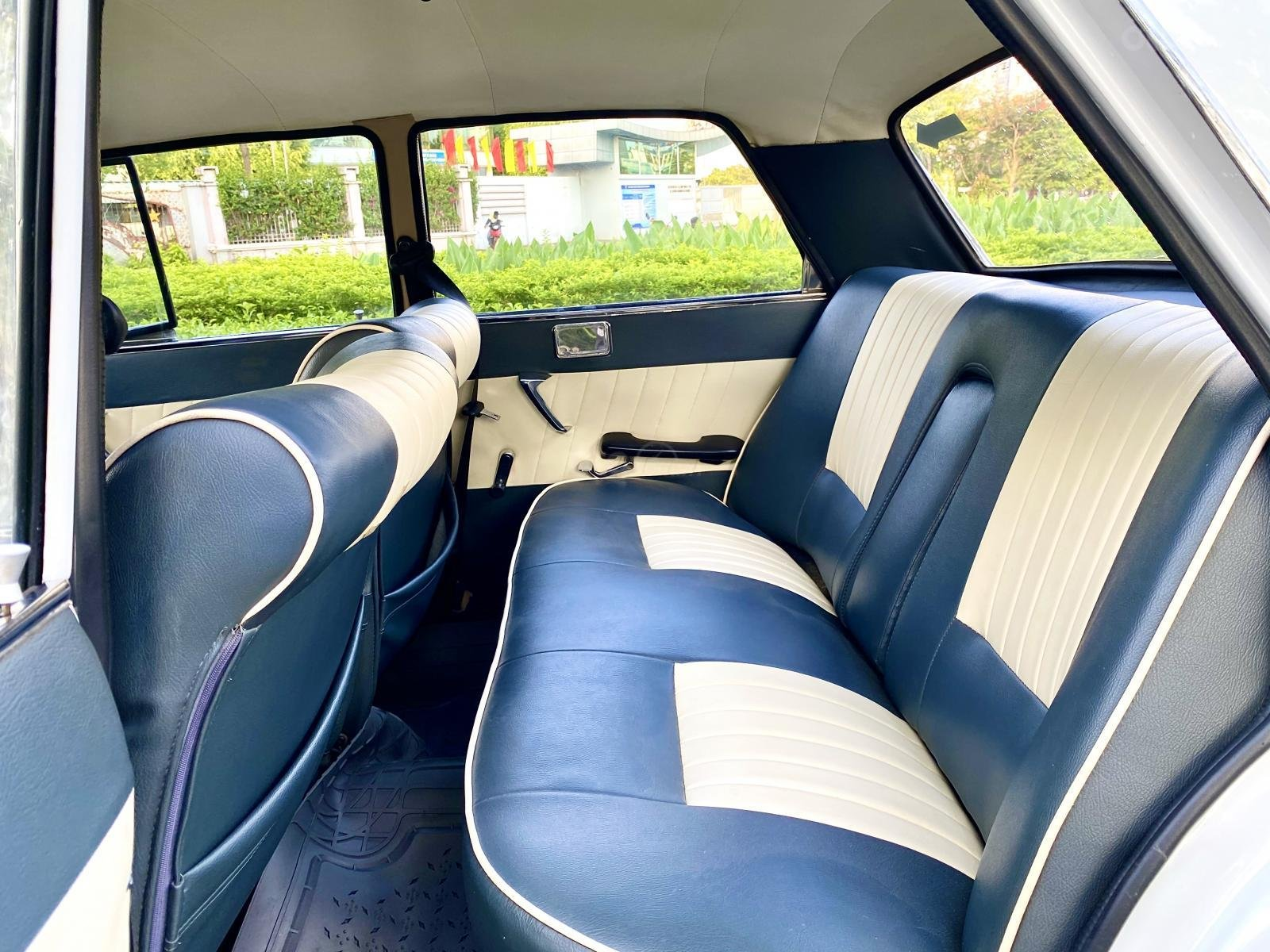 Peugeot nhập Pháp trước 1965 màu trắng, hàng full cao cấp, đủ đồ chơi không thiếu món nào, nội thất nệm da hai màu (2)