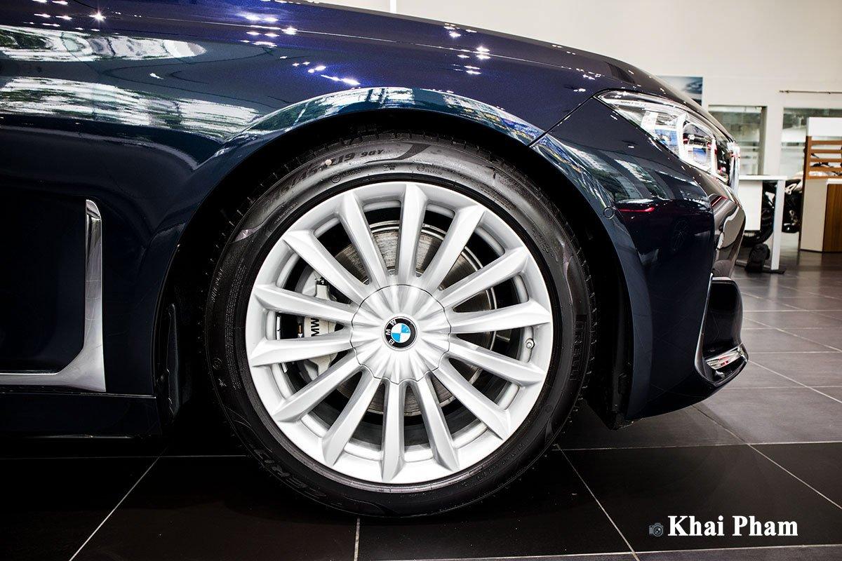 Ảnh chính diện thân xe BMW 730Li Pure Excellence 2020