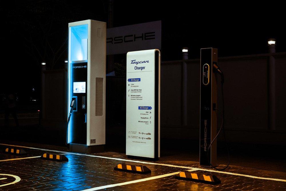Trạm sạc nhanh xe thể thao điện Porsche Taycan bắt đầu cho kỷ nguyên mới.