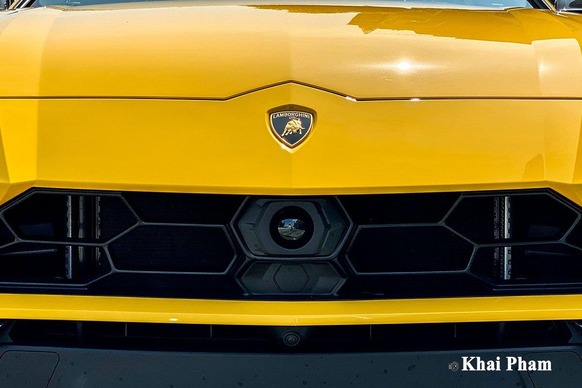 Ảnh mặt ca-lăng xe Lamborghini Urus full carbon vàng