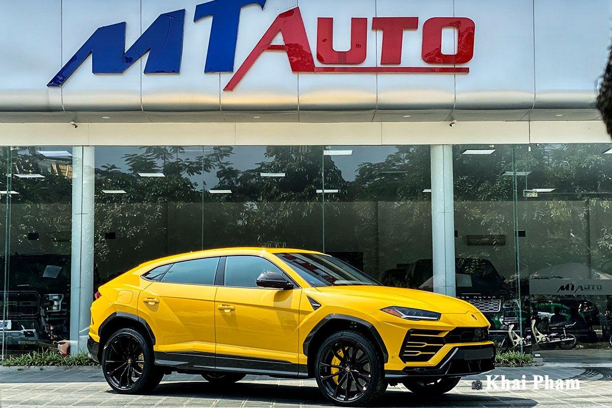Ảnh ngang xe Lamborghini Urus full carbon vàng