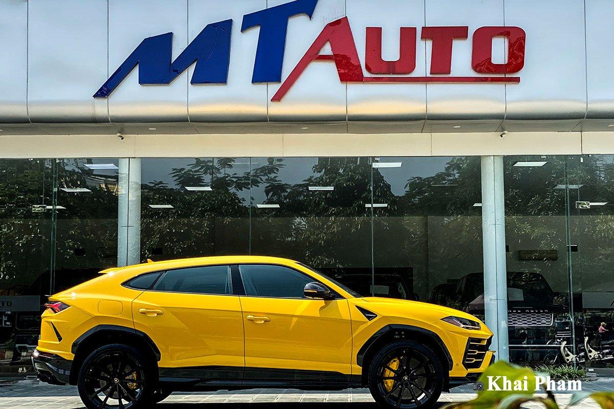 Ảnh thân xe Lamborghini Urus full carbon vàng
