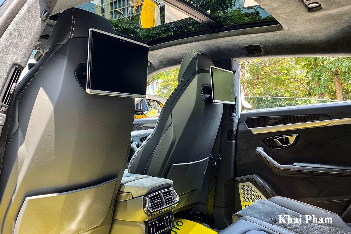 Ảnh màn hình sau xe Lamborghini Urus full carbon vàng