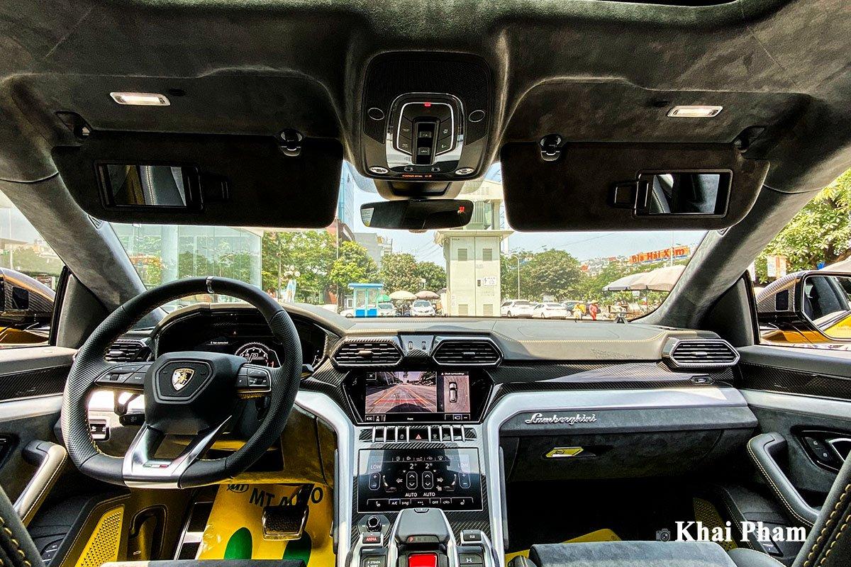 Ảnh khoang lái xe Lamborghini Urus full carbon vàng