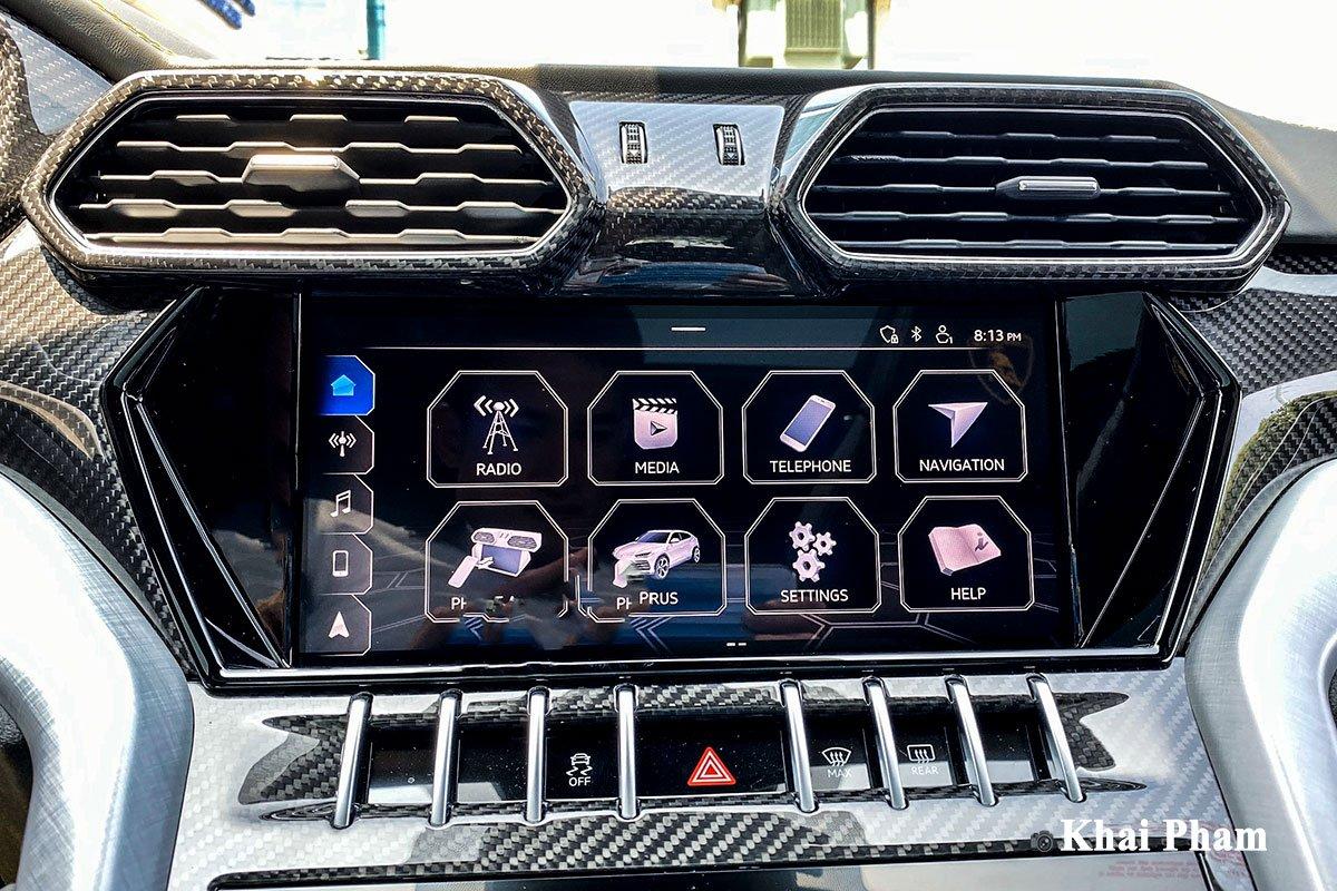 Ảnh màn hình xe Lamborghini Urus full carbon vàng