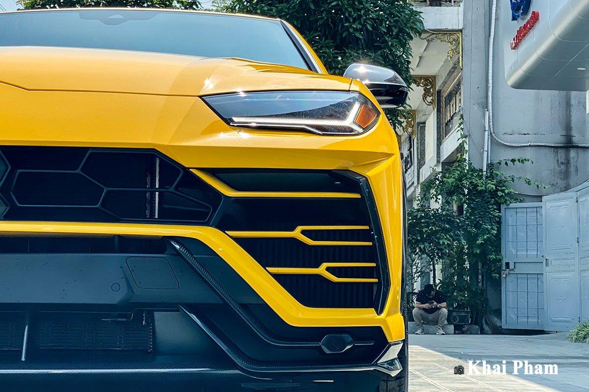 Ảnh trước đèn pha xe Lamborghini Urus full carbon vàng