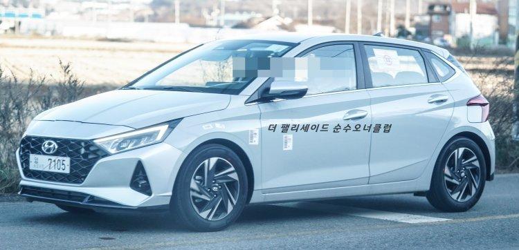 Hyundai i20 2020 chạy thử rõ nét.