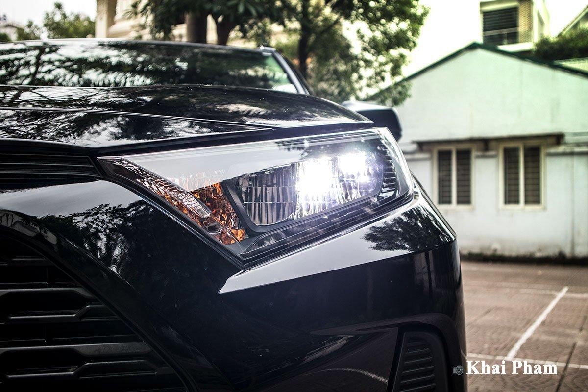 Ảnh đèn pha sáng xe Toyota RAV4 2020