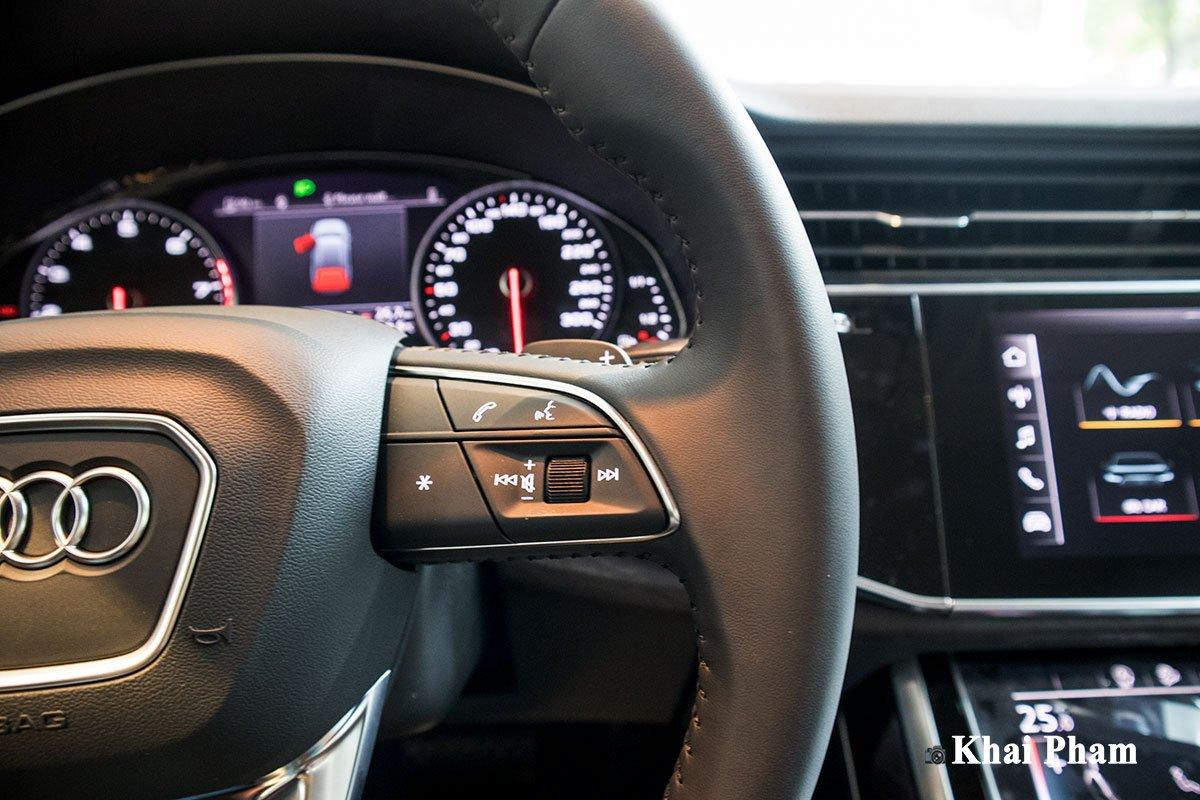 Ảnh tay lái xe Audi Q7 2020 1