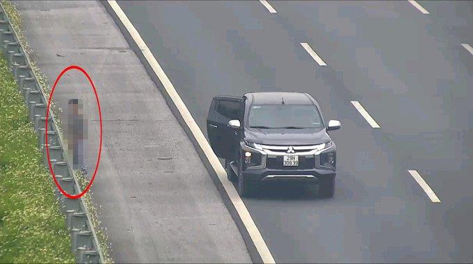 Lái xe bán tải dừng xe đi vệ sinh trên cao tốc Hà Nội - Hải Phòng....