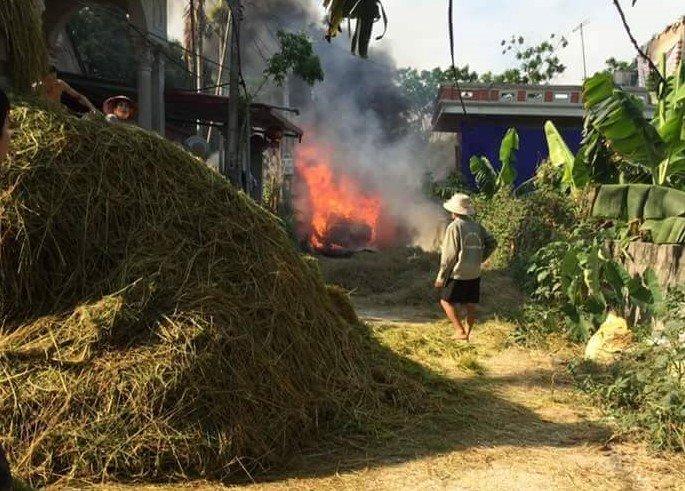 Xe Toyota bị bốc cháy khi đi qua đường trải rơm rạ.