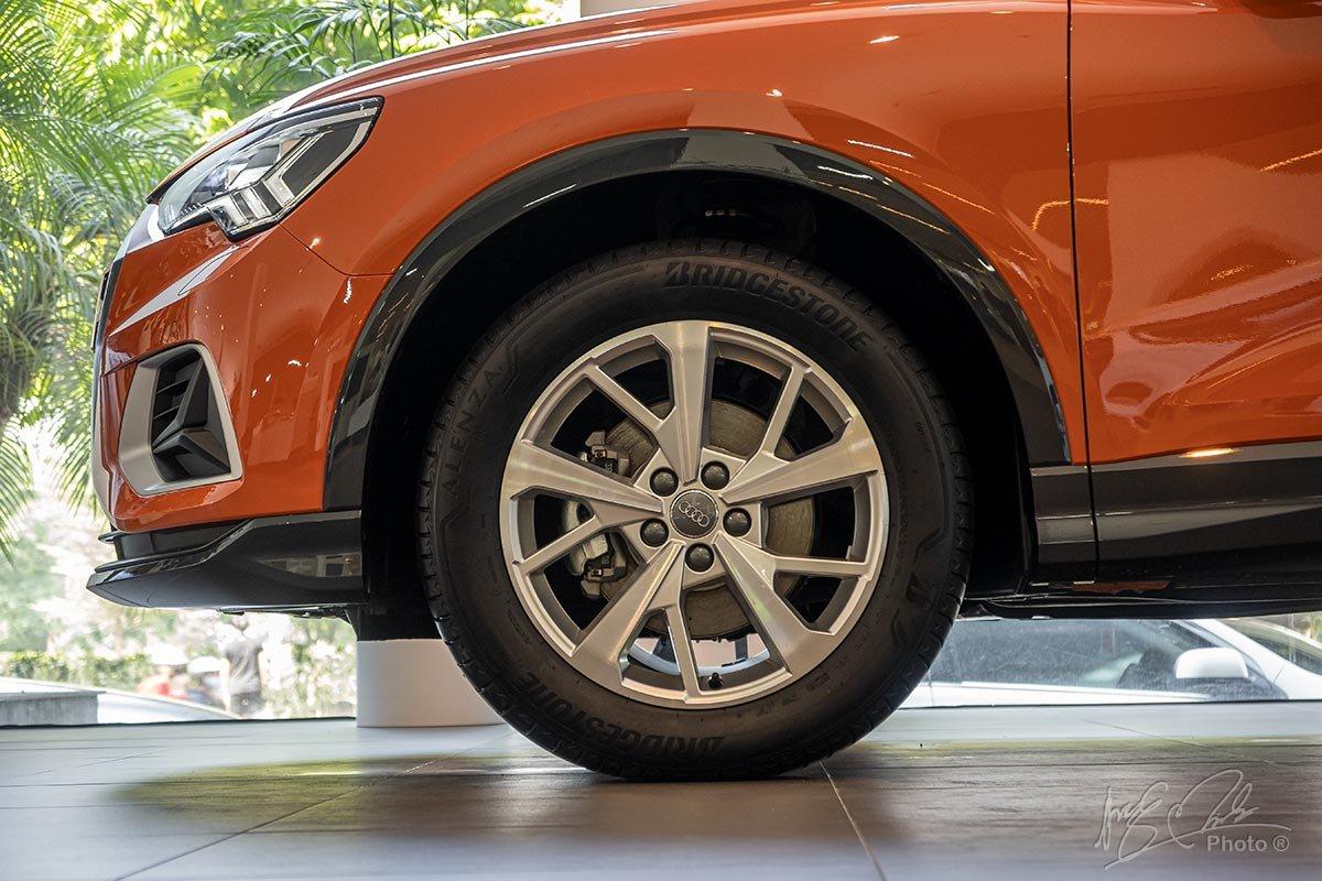 Đánh giá xe Audi Q3 2020: La-zăng 18 inch 5 chấu kép tiêu chuẩn.