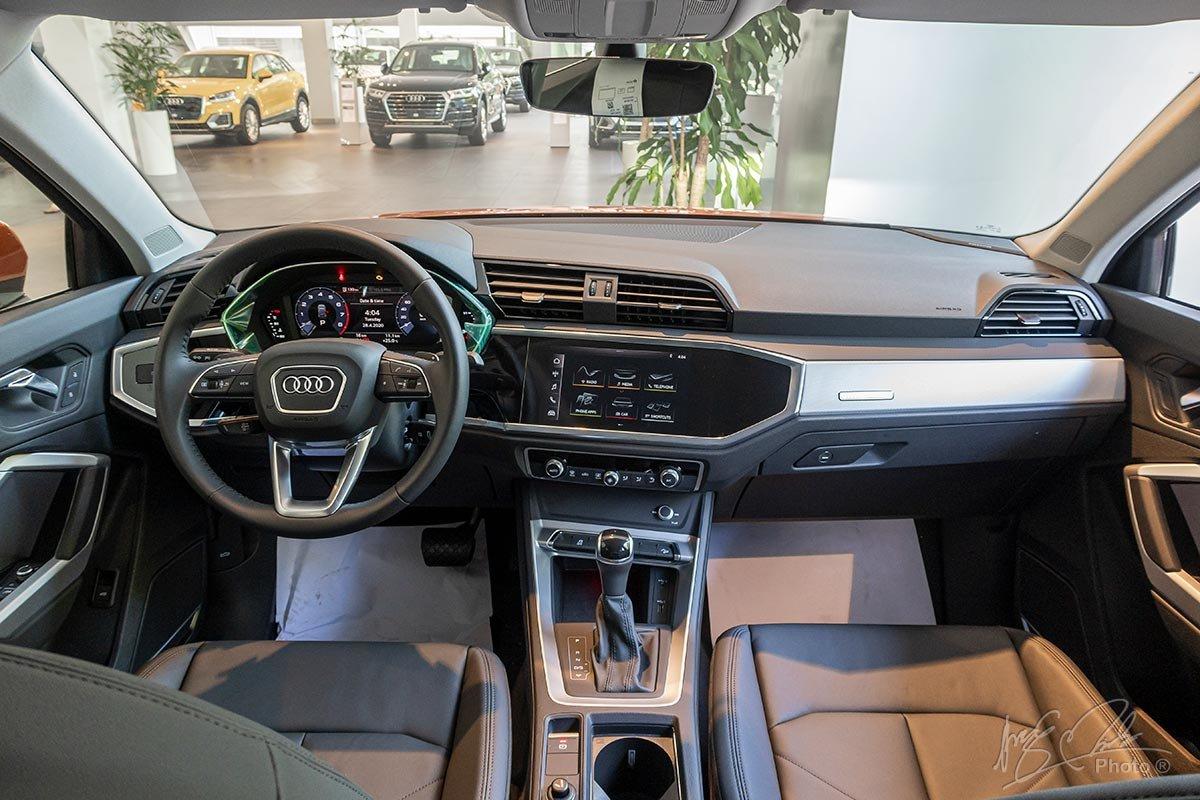 Đánh giá xe Audi Q3 2020: Khoang lái được thiết kế góc cạnh nhấn mạnh vào độ rộng rãi.