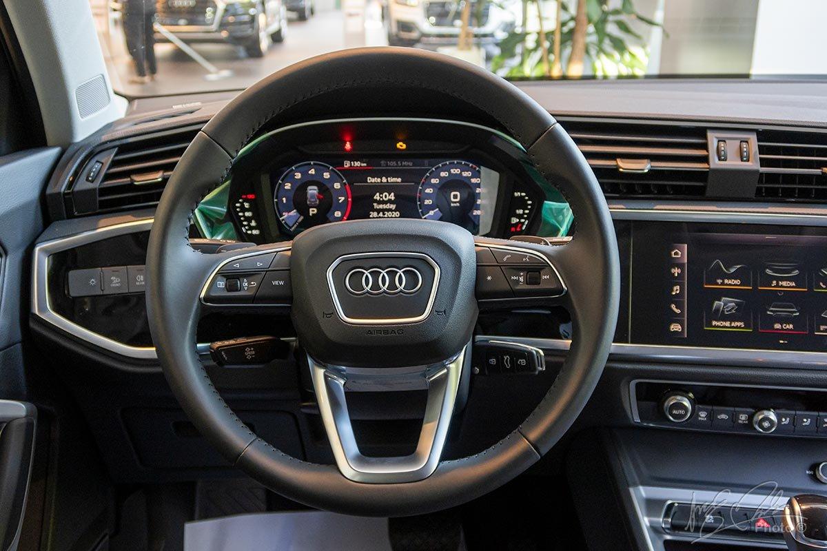 Đánh giá xe Audi Q3 2020: Vô-lăng 3 chấu mang phong cách mới được Audi thực hiện cho các dòng sản phẩm mới từ năm 2017.