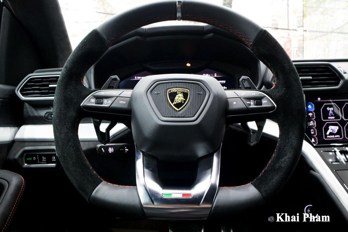 Ảnh Chính diện vô-lăng xe Lamborghini Urus 2020