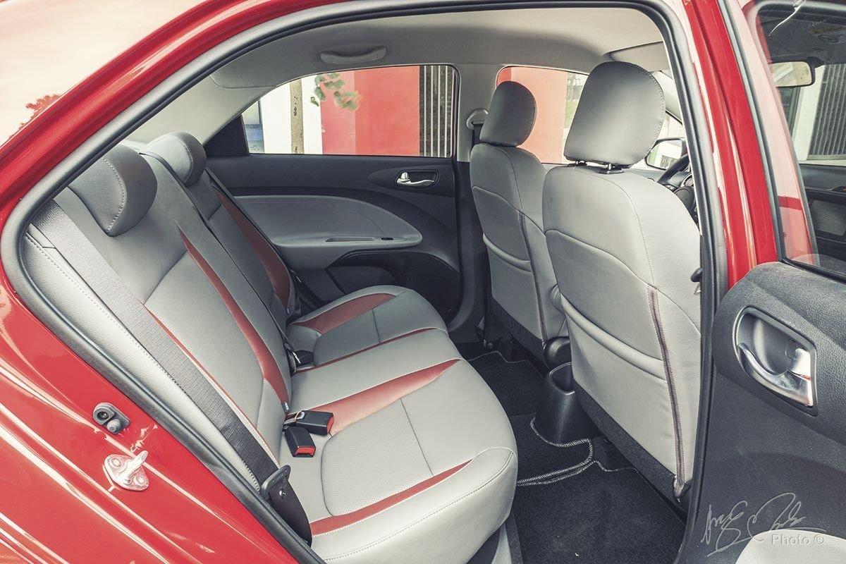 Đánh giá xe Kia Soluto AT Luxury 2020: Hàng ghế sau đủ rộng rãi.