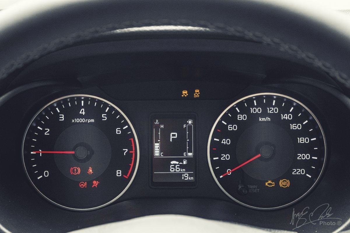 Đánh giá xe Kia Soluto AT Luxury 2020: Bảng đồng hồ.
