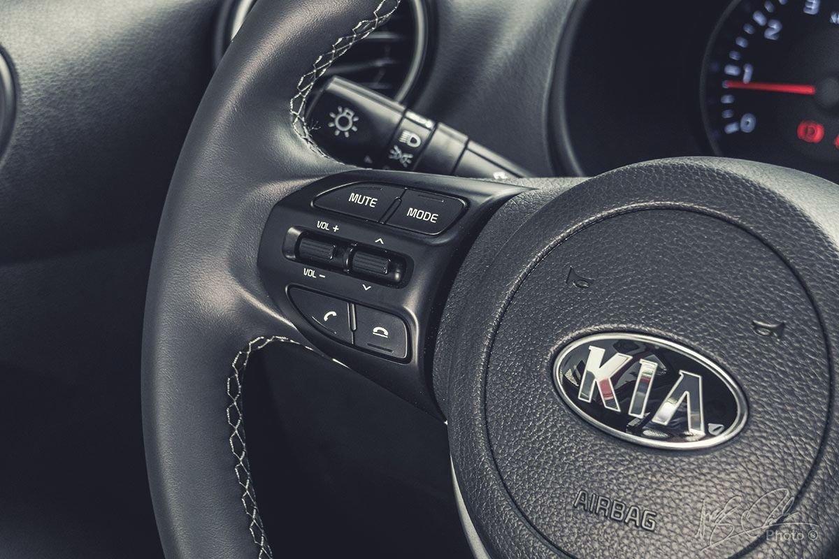 Đánh giá xe Kia Soluto AT Luxury 2020: Các nút bấm tích hợp trên vô-lăng.