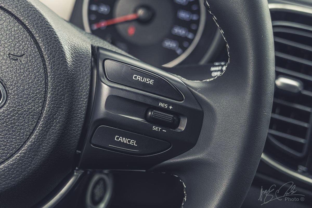 Đánh giá xe Kia Soluto AT Luxury 2020: Các nút bấm tích hợp trên vô-lăng 1.