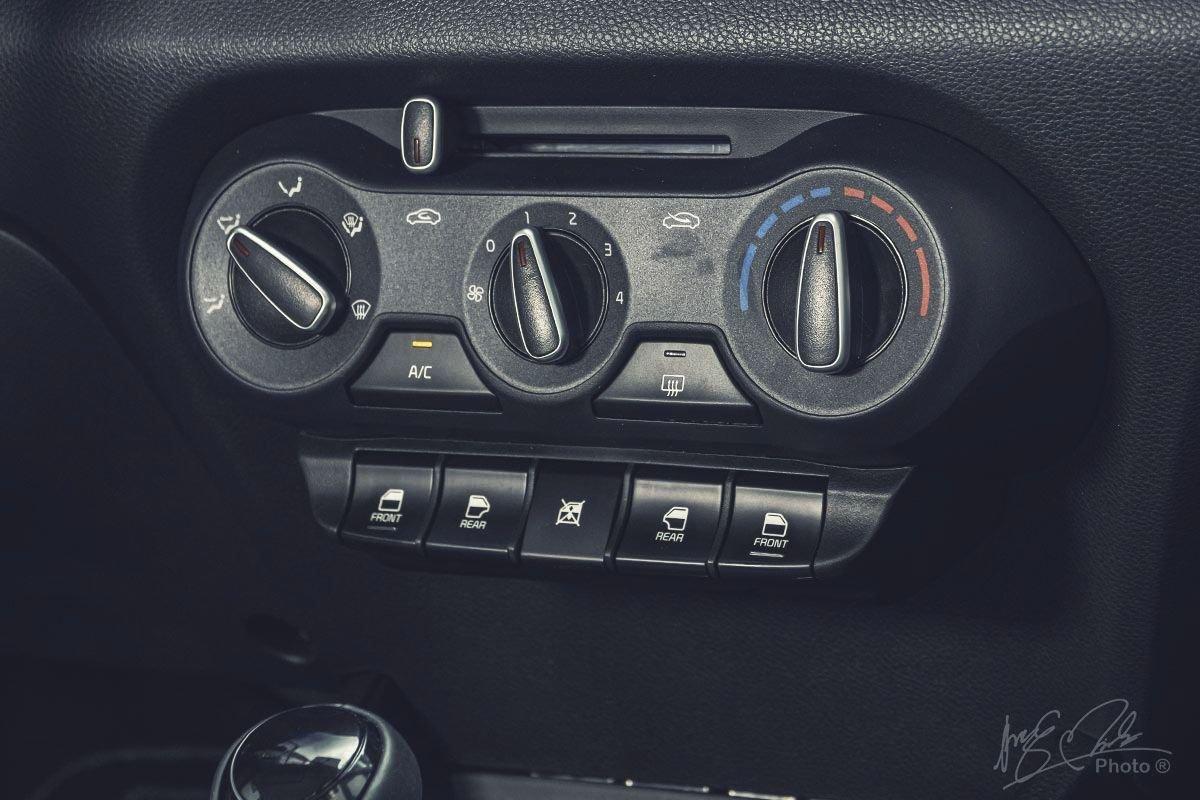 Đánh giá xe Kia Soluto AT Luxury 2020: Điều hoà chỉnh cơ.