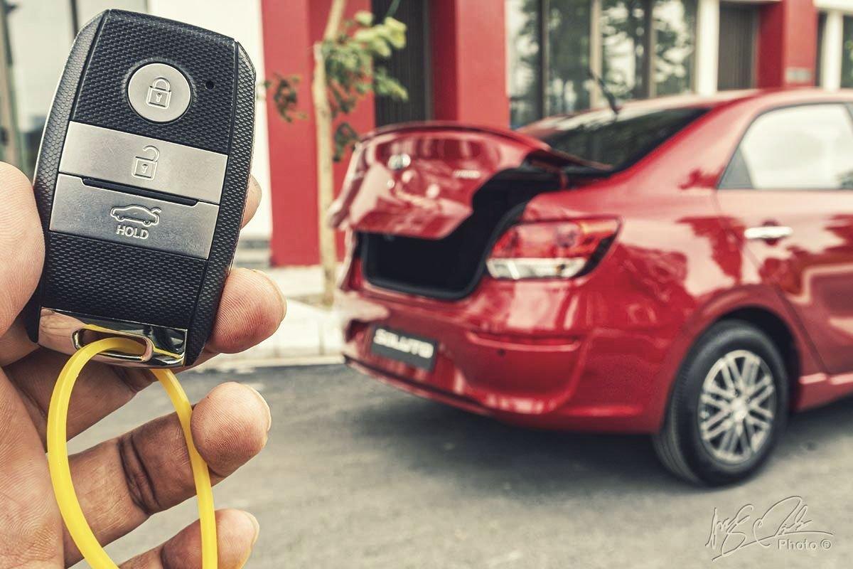 Đánh giá xe Kia Soluto AT Luxury 2020: Cốp đóng mở bằng điện.