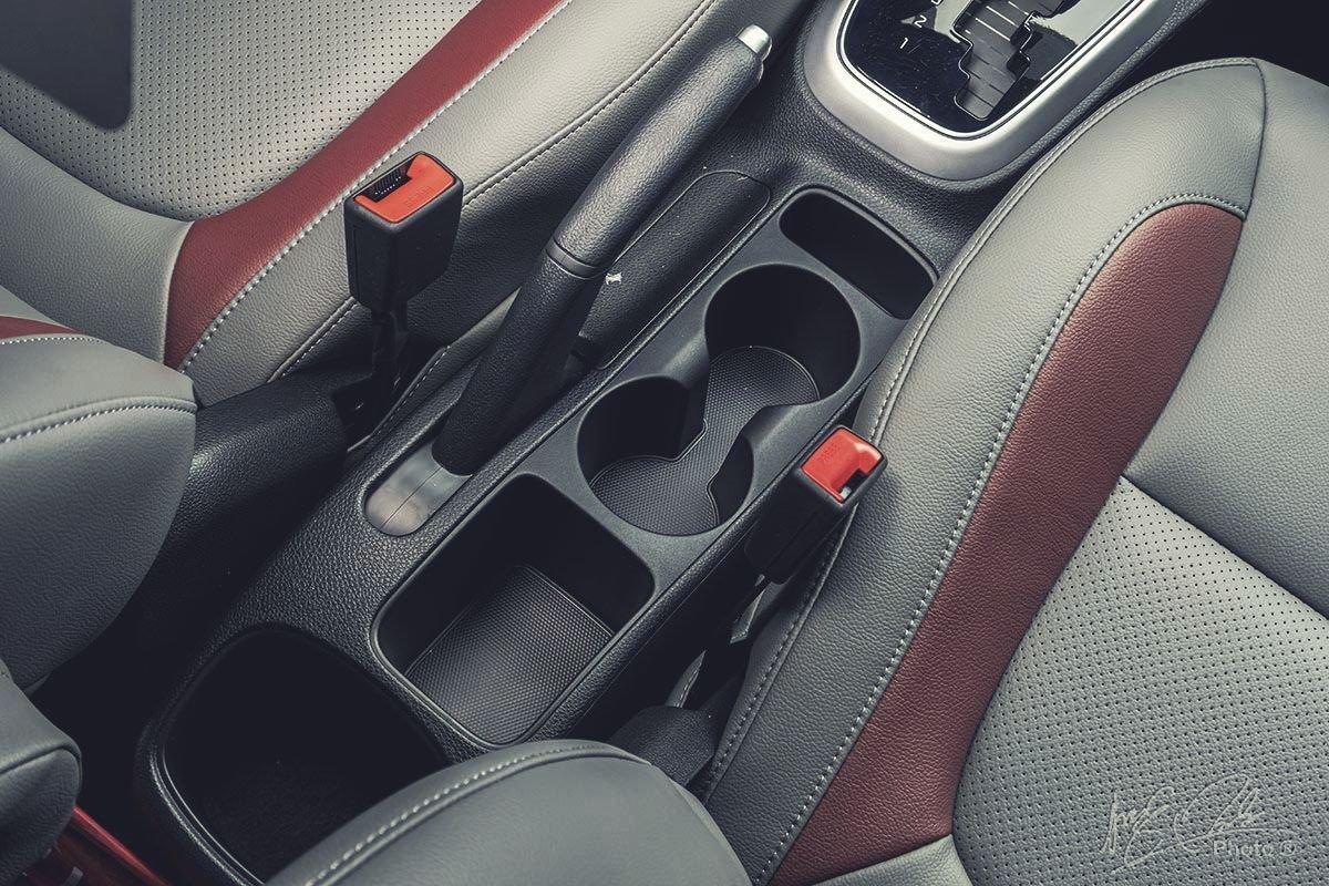 Đánh giá xe Kia Soluto AT Luxury 2020: Hốc để đồ trung tâm.