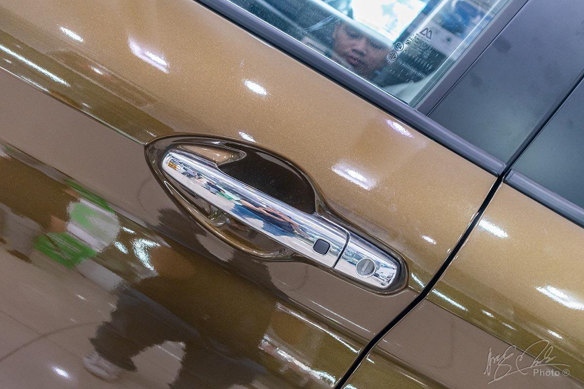 Đánh giá xe Suzuki XL7 2020: Tay nắm cửa mạ crôm tích hợp khoá thông minh.