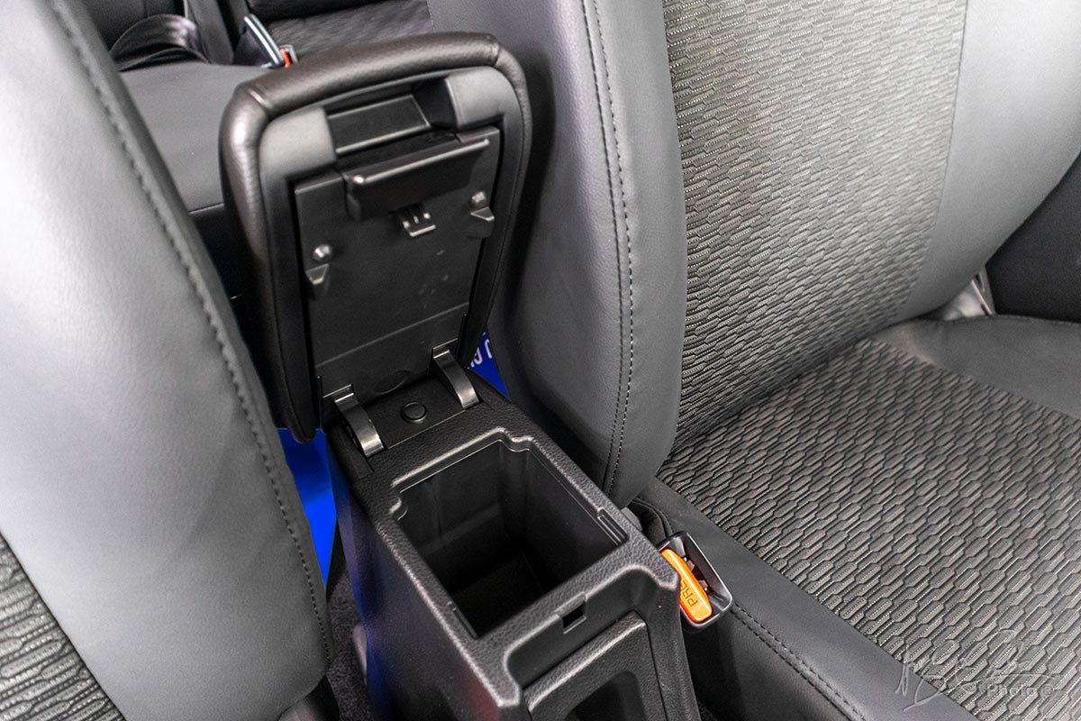 Đánh giá xe Suzuki XL7 2020: Tựa tay phía trước kếm hốc đựng đồ.