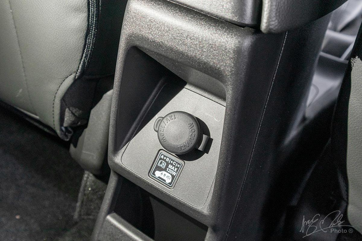 Đánh giá xe Suzuki XL7 2020: Cổng sạc cho hàng ghế thứ 2.
