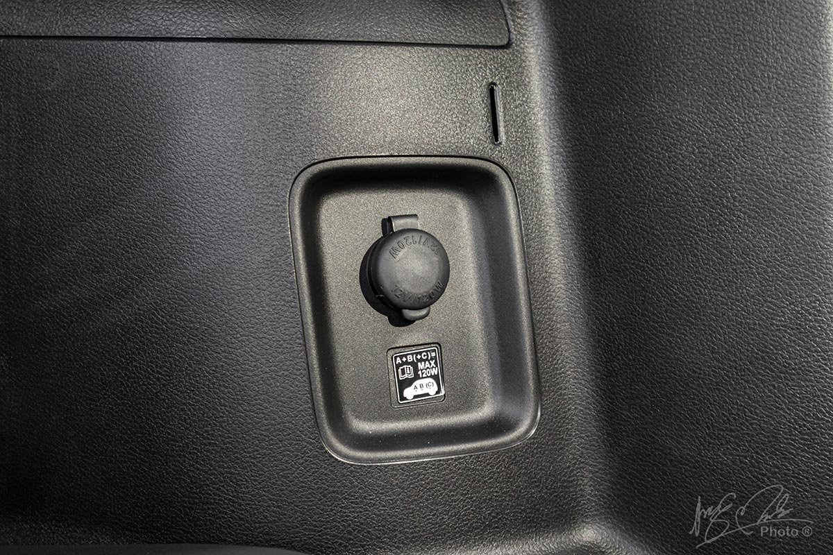 Đánh giá xe Suzuki XL7 2020: Cổng sạc cho hàng ghế thứ 3.