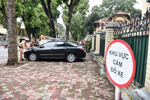 Ô tô dừng, đỗ xe sai quy định có thể bị phạt đến 12 triệu đồng.