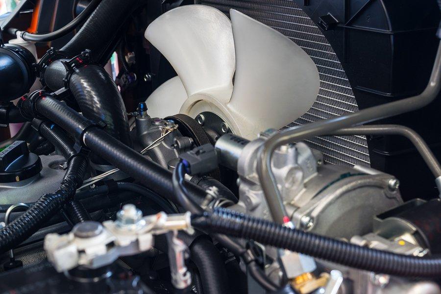 Quản tản nhiệt thổi không khí được làm mát qua hệ thống tản nhiệt của xe.