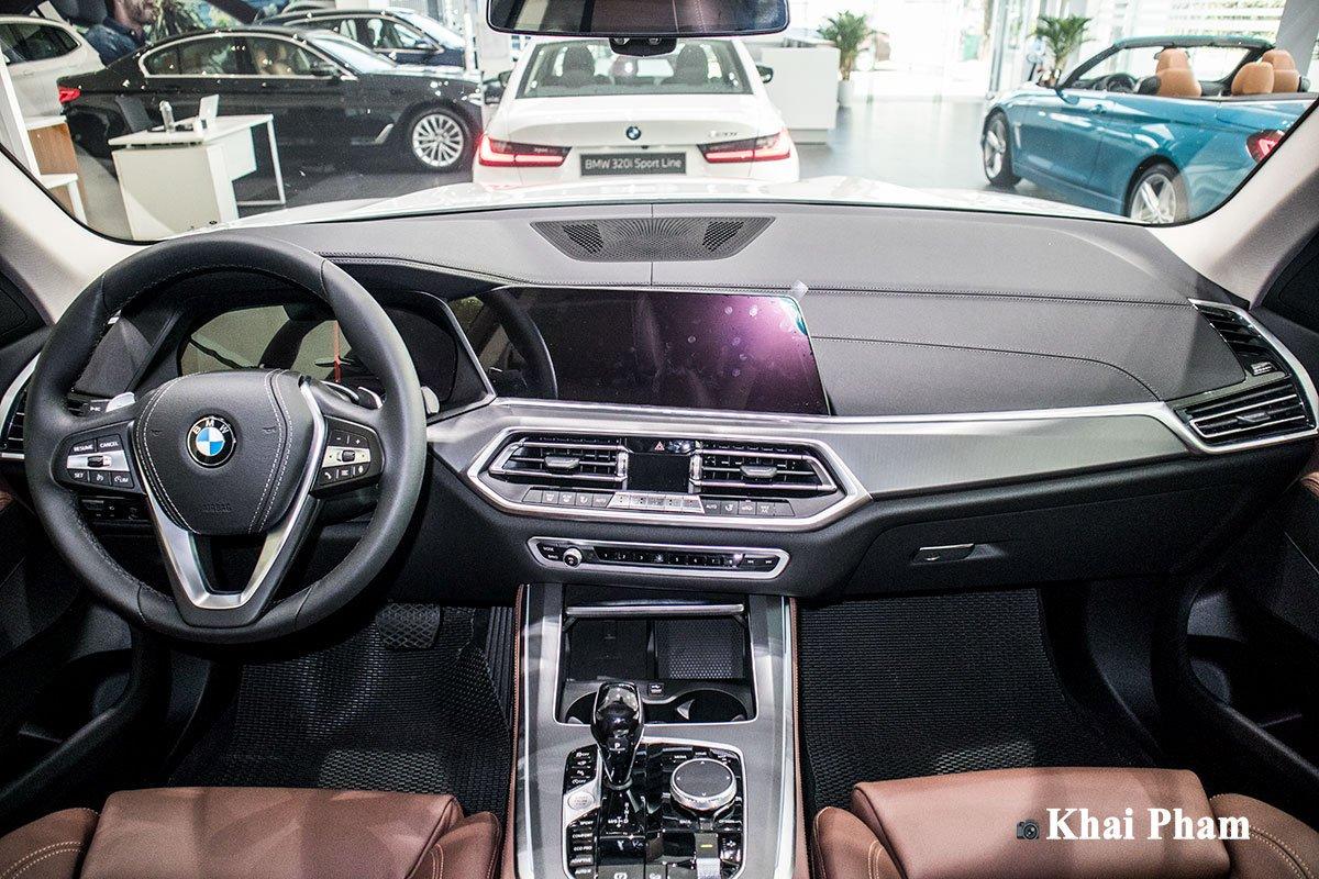 Ảnh chính diện khoang lái xe BMW X5 xDrive 40i xLine 2020