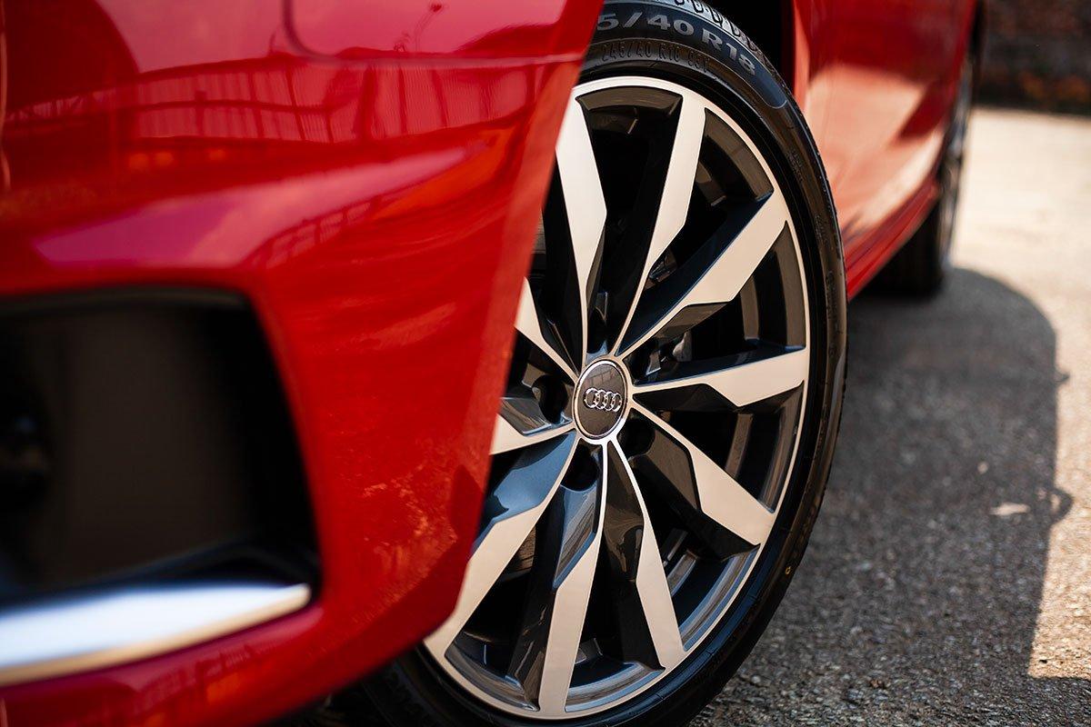 Đánh giá xe Audi A4 2020: la-zăng trên phiên bản A4 S Line.