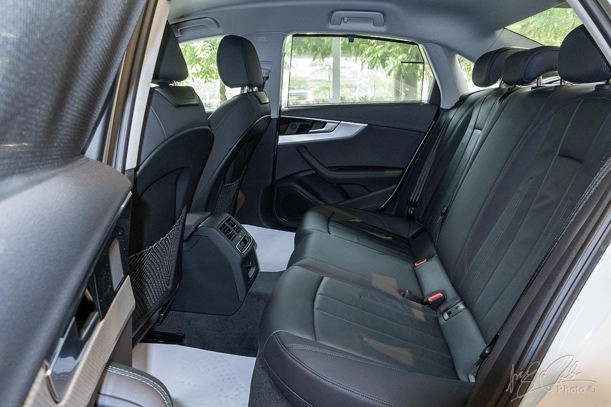 Đánh giá xe Audi A4 2020: hàng ghế sau có không gian rộng rãi nhưng người ngồi giữa thì không được thoải mái lắm.