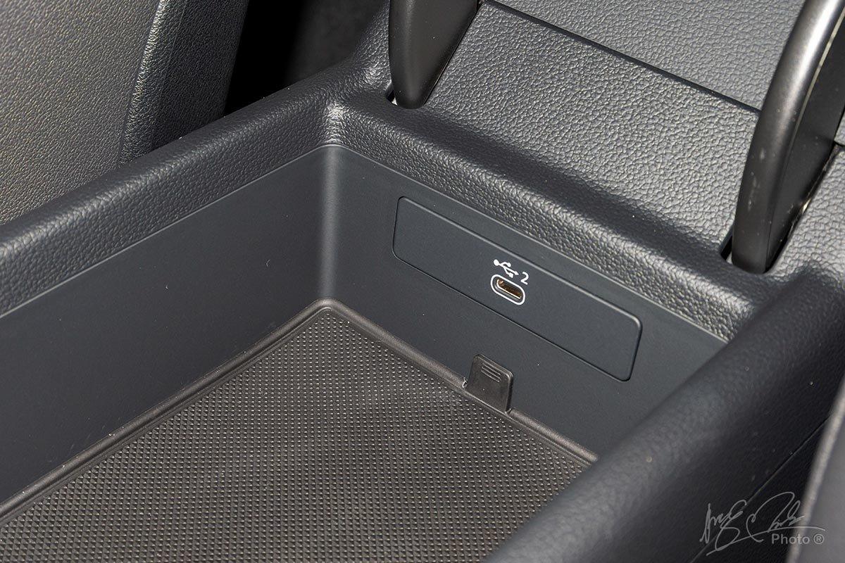 Đánh giá xe Audi A4 2020: Cổng kết nối type-C.
